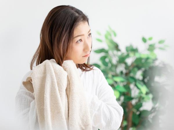 用毛巾把頭髮擦乾後使用女性養髮液